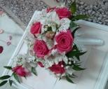 Свадебный букет из роз и альстромерий